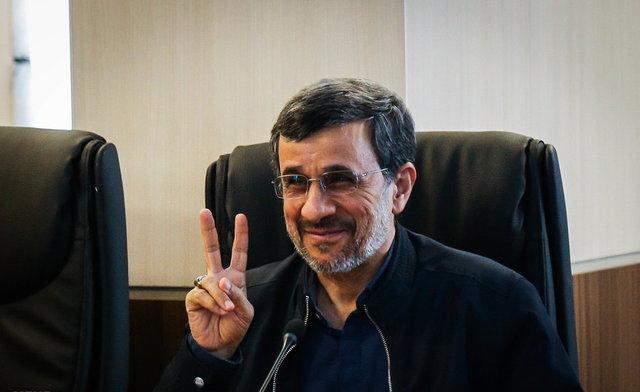 دست احمدینژاد به نشان کدام پیروزی بالا آمده؟ +عکس